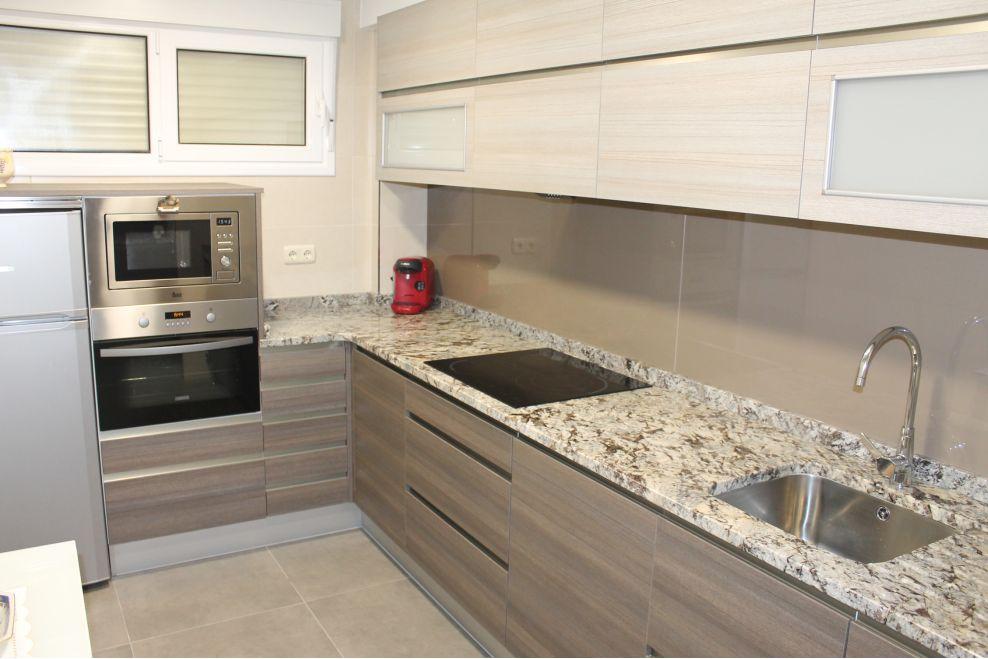 Cocina bicolor con encimera de granito y entrepa o de for Granito marron cristal
