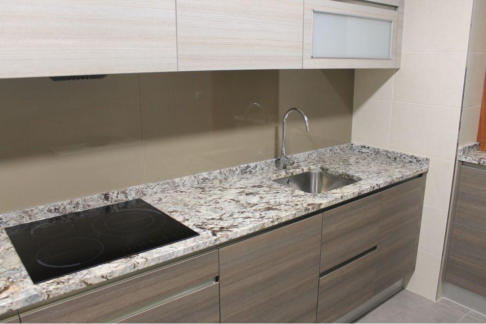 Cocina bicolor con encimera de granito y entrepa o de - Encimeras de cocina de cristal ...